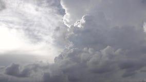 Fliege durch die Wolken im Himmel stock video