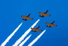 Fliege gruppiert Flugzeuge im Himmel Flugschau Stockbild