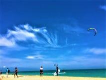 fliege Himmel, Strand und und Meer lizenzfreie stockfotos
