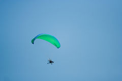 Fliege mit Gleitschirmfliegen Stockbilder