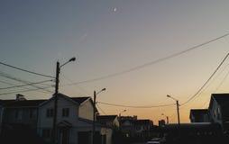Fliege mit zwei Kämpfern auf Hintergrund des Mondhalbmonds Lizenzfreie Stockbilder