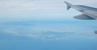 Fliege nach dem blauen Land und dem Meer Stockbilder