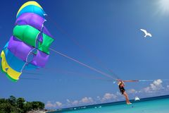 Fliege zum tropischen Meer, zur Sonne u. zum Spaß. Lizenzfreie Stockfotos