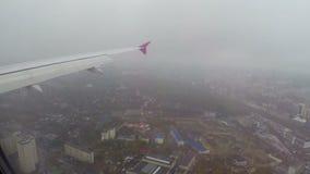 Fliegen über Abstiegflugzeug der Stadt, Gebäudeautoverkehr stock footage