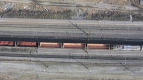 Fliegen ?ber Bahnhof und Eisenbahn - Vogelperspektive Draufsichteisenbahn mit vielen Bahnen stock video