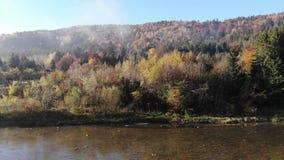Fliegen über Berg-Stryi-Fluss in Karpaten, Ukraine Alte hölzerne Hütten im Tal Herbst, Morgenzeit stock footage