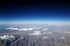 Fliegen über Berge lizenzfreie stockfotos