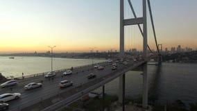 Fliegen über Brücke Istanbuls Bosphorus stock video