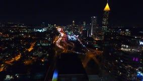 Fliegen über commerial Gebäuden Atlantas Die Ansicht des Nachtzeitstadtzentrums und -autobahn mit Verkehr unten linke Bewegung stock video footage