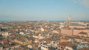 Fliegen über Dächer von Venedig stock video footage