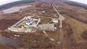 Fliegen über das orthodoxe Kloster stock video