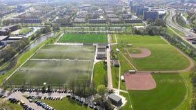 Fliegen über dem Arenaboden Kalverdijkje in Leeuwarden Holland stock video