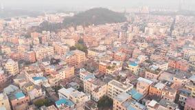Fliegen über dem dicht bevölkerten chinesischen Bereich Typische chinesische Gebäude Guangzhou, China stock video footage