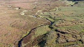 Fliegen über dem Fluss Rha zwischen Staffin und Uig auf der Insel von Skye, Schottland stock footage