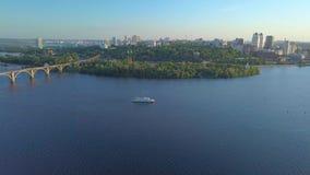 Fliegen über dem Fluss und der Stadt stock video