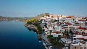 Fliegen über dem Jachthafen von Spetses-Insel, eine der Saronic-Inseln im Ägäischen Meer stock footage