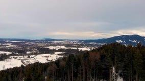 Fliegen über den Bergen mit dem Wald in den bayerischen Alpen Der Himmel ist bew?lkt stock footage