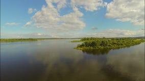 Fliegen über den Fluss Ansicht zum Osten stock footage