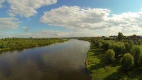 Fliegen über den Fluss Auf dem Horizont stock video