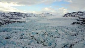 Fliegen über den Gletscher stock footage