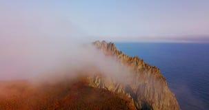 Fliegen über den Klippen des Bergs Kalancha in der Sikhote-Alinbiosphären-Reserve im Norden der Primorsky-Region stock video