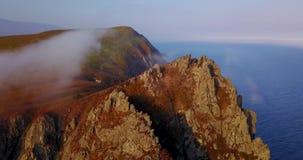 Fliegen über den Klippen des Bergs Kalancha in der Sikhote-Alinbiosphären-Reserve im Norden der Primorsky-Region stock footage