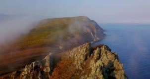 Fliegen über den Klippen des Bergs Kalancha in der Sikhote-Alinbiosphären-Reserve im Norden der Primorsky-Region stock video footage
