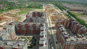 Fliegen über den neu-erbauten und unfertigen Wohnmitteln in neuem Moskau, Russland stock video footage