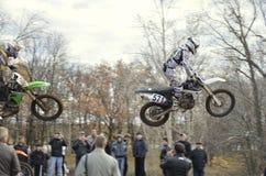 Fliegen über den Publikumsmitfahrer auf einem Motorrad Lizenzfreies Stockfoto
