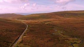 Fliegen über der Gebirgspassstraße auf die Oberseite von Quiraing von Staffin zu Uig - Insel von Skye, Schottland stock video footage
