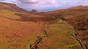 Fliegen über der Gebirgspassstraße auf die Oberseite von Quiraing von Staffin zu Uig - Insel von Skye, Schottland stock video