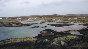Fliegen über der schönen irischen Küste durch Rossbeg, Ardara - Grafschaft Donegal, Irland stock video footage