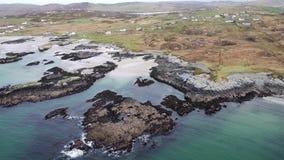 Fliegen über der schönen irischen Küste durch Rossbeg, Ardara - Grafschaft Donegal, Irland stock video