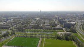 Fliegen über der Stadt von Leeuwarden Stadtansicht vom Brummen stock footage