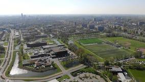 Fliegen über der Stadt von Leeuwarden Stadtansicht vom Brummen stock video