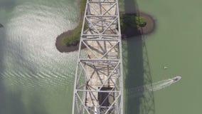 Fliegen über die Brücke des Amerikas stock video footage