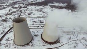Fliegen über die große Rohranlage für die Produktion von Wärme Antenne Atemberaubende Luftüberführung der Fabrik stock video