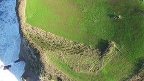 Fliegen über die hohen Klippen und die Meereswogen stock video