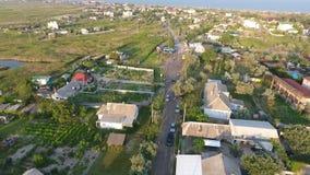 Fliegen über die Landstraße auf der Insel stock video