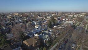 Fliegen über die Nachbarschafts-Häuser stock video