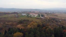 Fliegen über die schöne Ansicht und den schönen Wald 4k stock footage