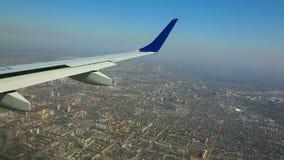 Fliegen über die Stadt stock footage