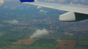 Fliegen über die Stadt stock video footage