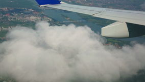 Fliegen über die Stadt stock video