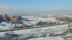 Fliegen über die Stadt Grunge redete städtischen Hintergrund in der Graffitiart an Metro-Brücke stock video