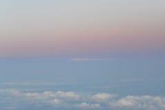 Fliegen über die Wolken Ansicht vom Flugzeug, Weichzeichnung Stockfotografie