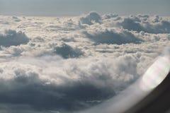 Fliegen über die Wolken in der Tageszeit lizenzfreie stockfotos