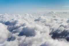 Fliegen über die Wolken an einem Wintertag Stockbilder
