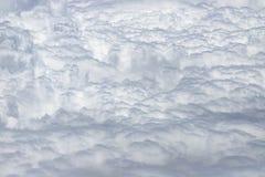 Fliegen über eine dichte Schicht weiße Wolken Große und schöne Wolken lizenzfreie stockfotos