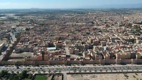 Fliegen über einem Kasbah und Medina in Marokko mit Brummen stock footage